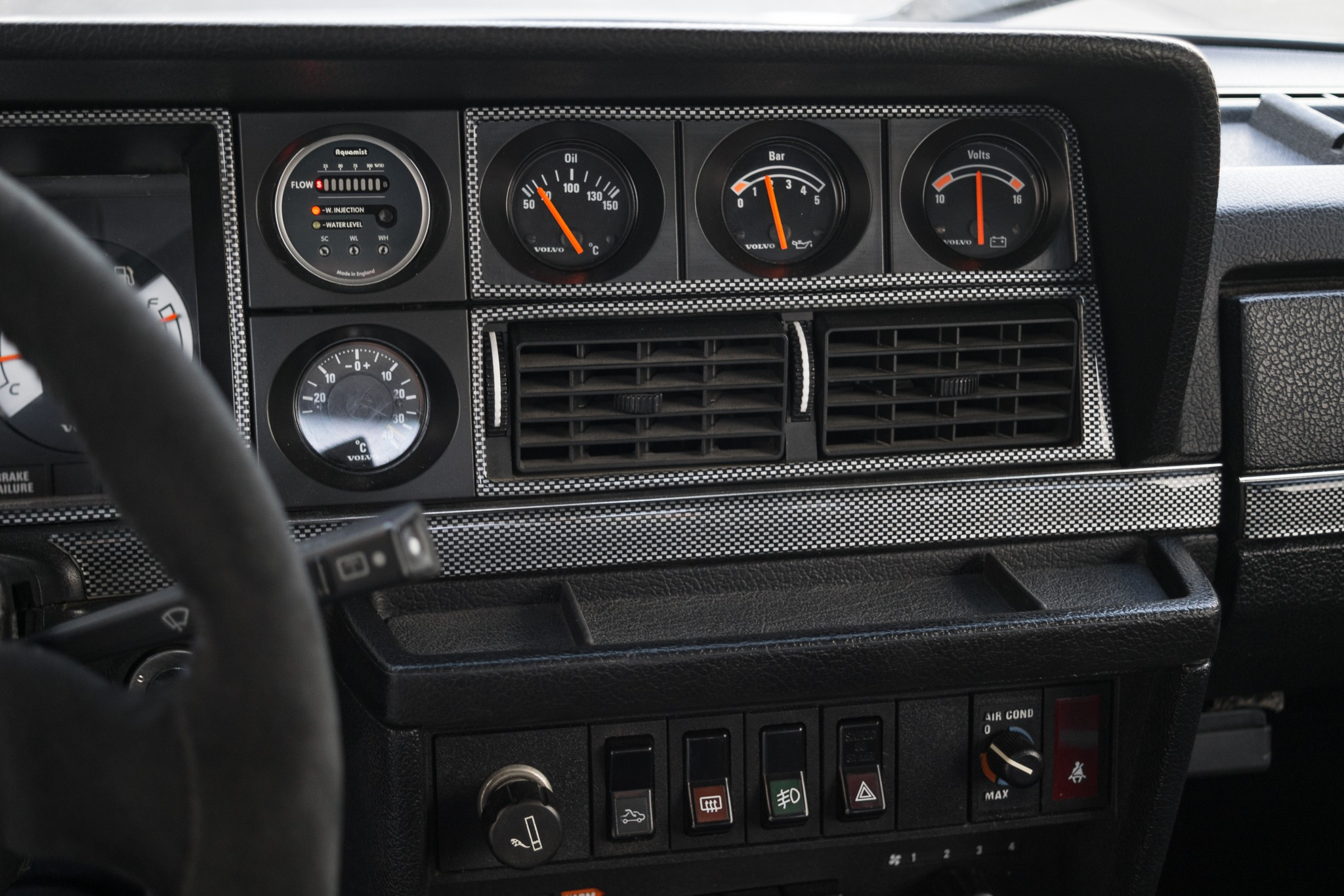 Carbon look dash